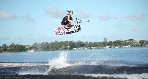 Salto chica con tabla wakeboard