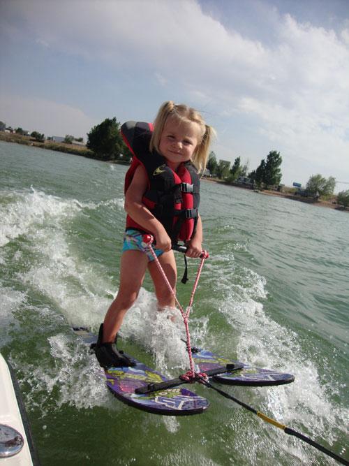 esquí acuático niña