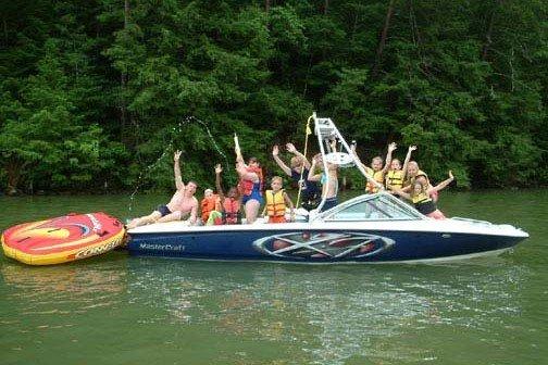 Niños en barco de wakeboard