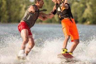 pareja haciendo wakeboard